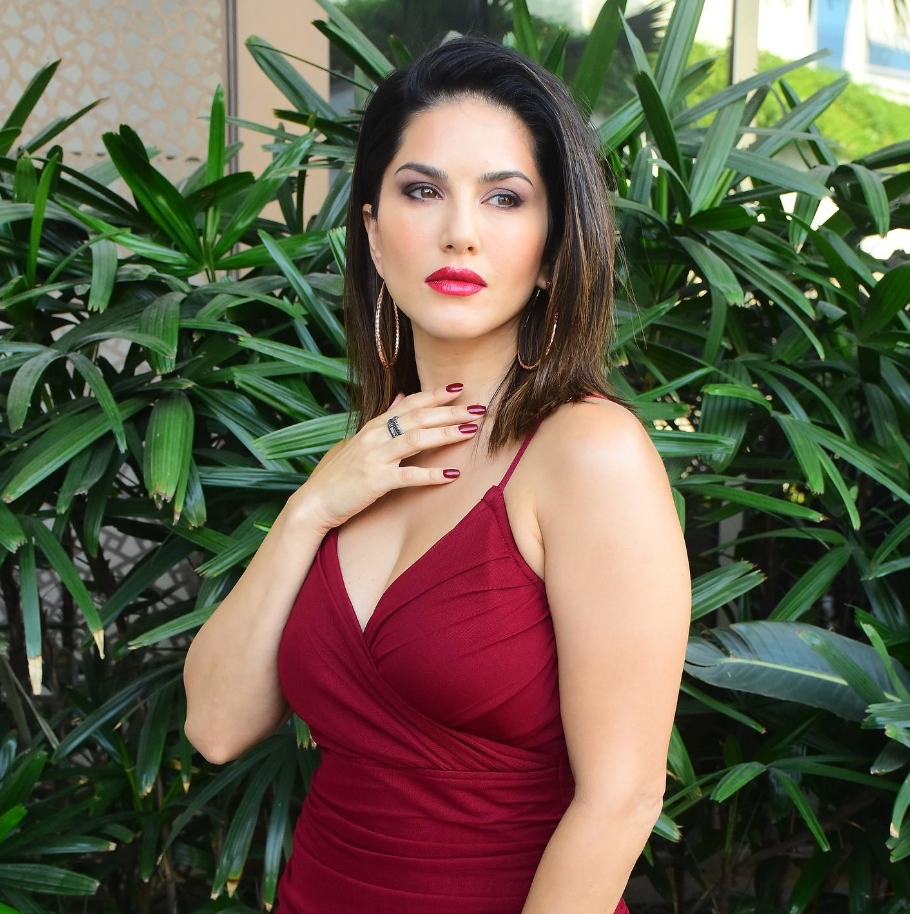 Sunny Leone Best Red photo